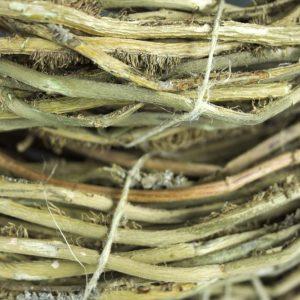 Close-up van twijgen van bosrank die een decoratieve krans vormen.